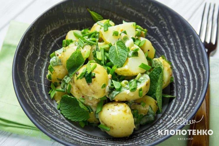 Молодв картофпля з цибулею і м'ятою