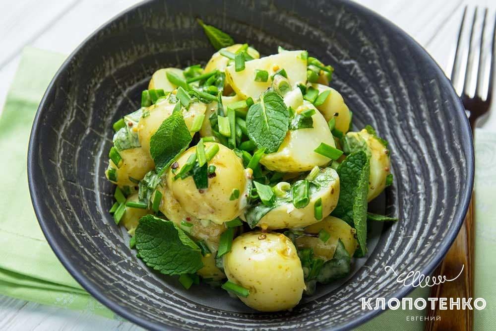 Молода картопля з цибулею і м'ятою