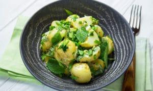Молодой картофель с луком и мятой