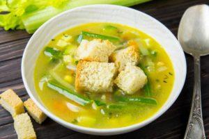 Овощной суп с сухариками на курином бульоне