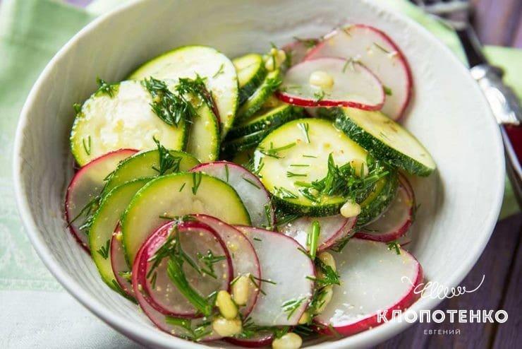 Простой салат с цукини и редисом