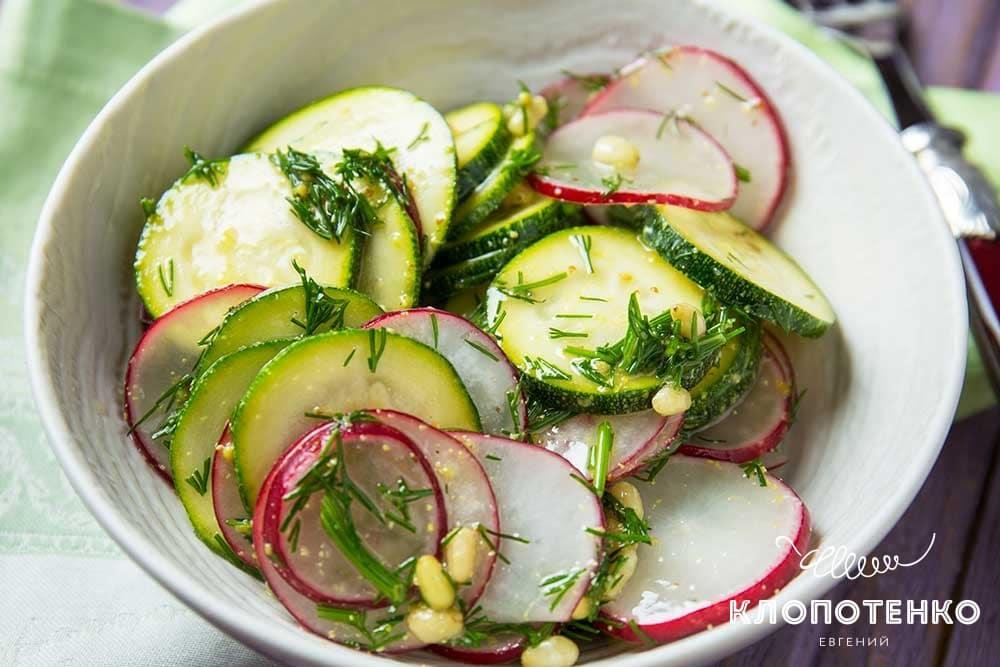 Простий салат з цукіні та редискою