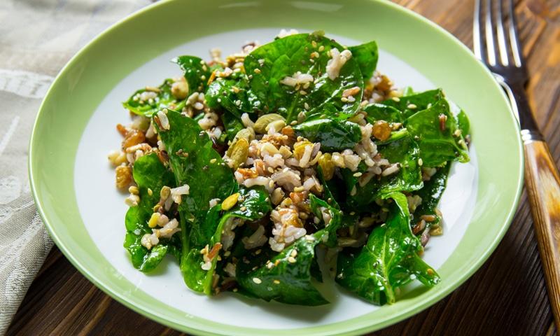 Салат с диким рисом и шпинатом