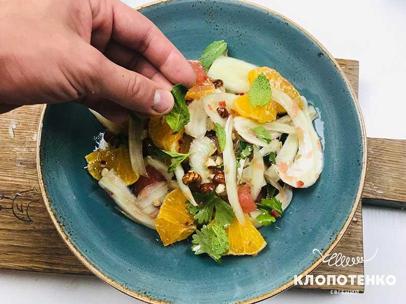 Украсьте салат листиками мяты