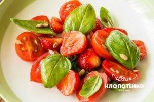 Салат с клубникой, томатами и базиликом