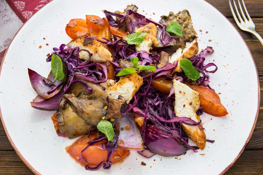 Салат з овочів гриль і куркою