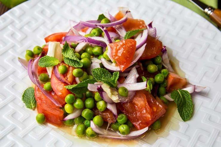 Салат з томатом і горошком