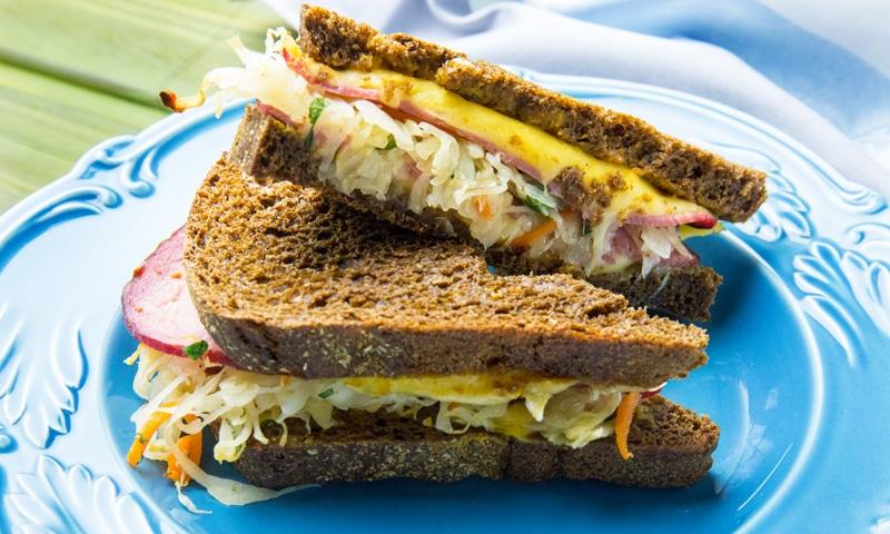 Сэндвич с ветчиной и квашеной капустой
