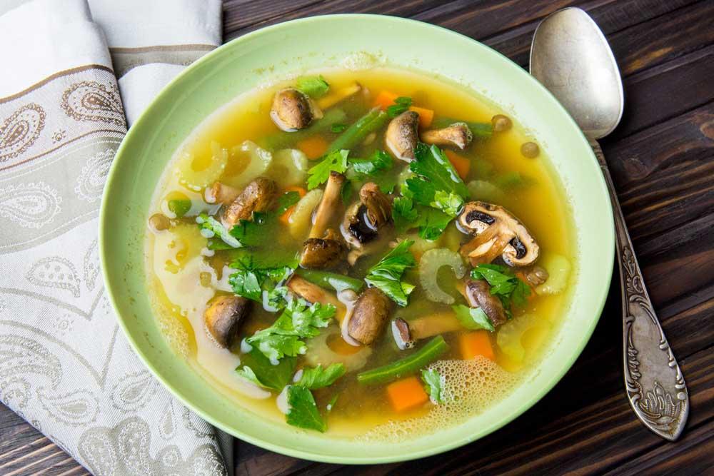 Легкий суп с чечевицей на овощном бульоне