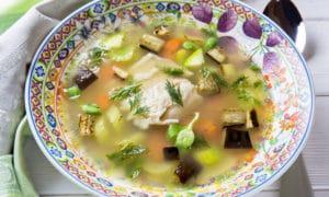 Легкий суп с рыбой и овощами гриль