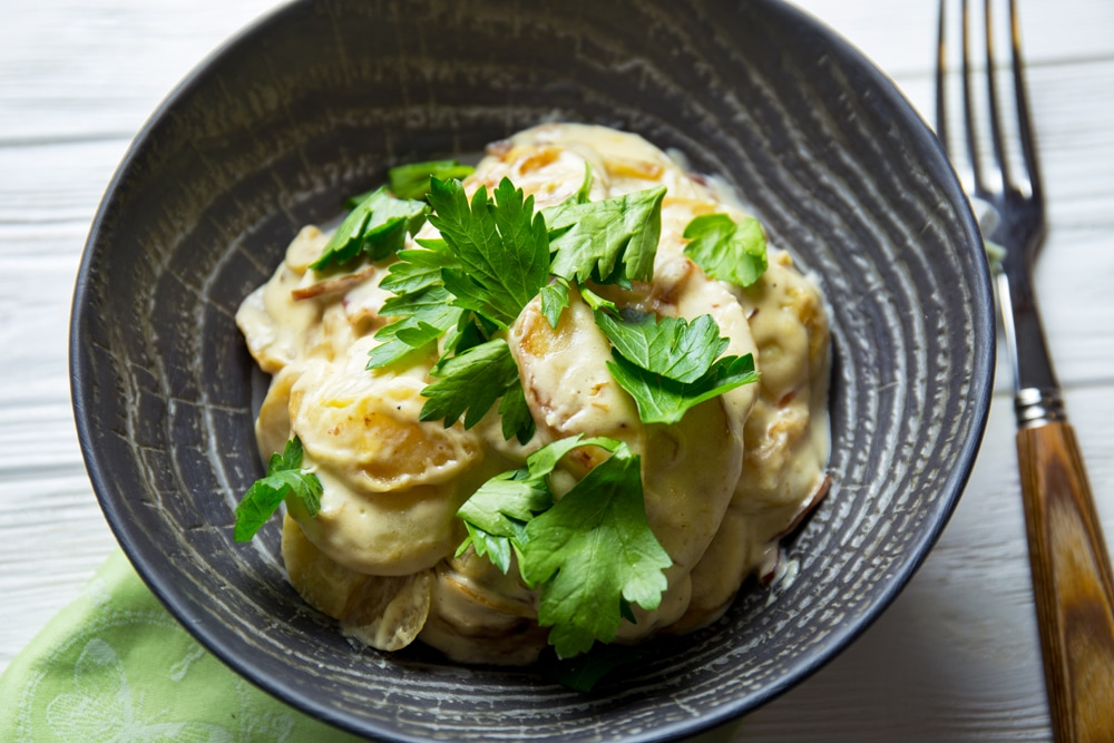 Молодой картофель с луком и сыром