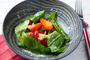 Салат из клубники со щавелем