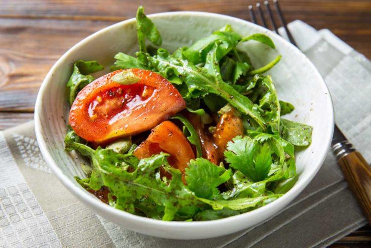 Салат с томатами, зеленью и кофе