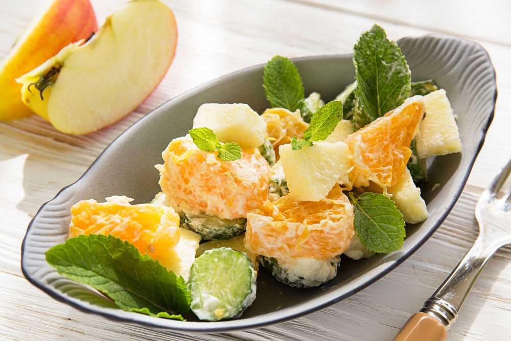 Салат с яблоками, огурцами и апельсинами
