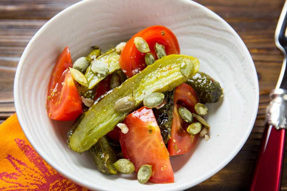Салат из свежих томатов и запеченных огурцов