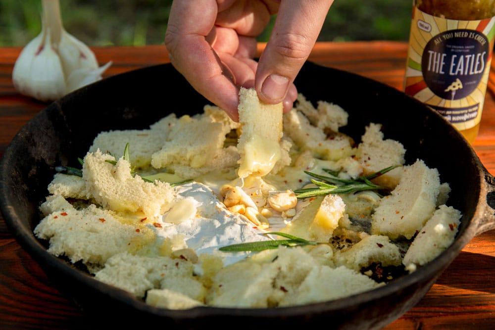 Сыр с розмарином на костре