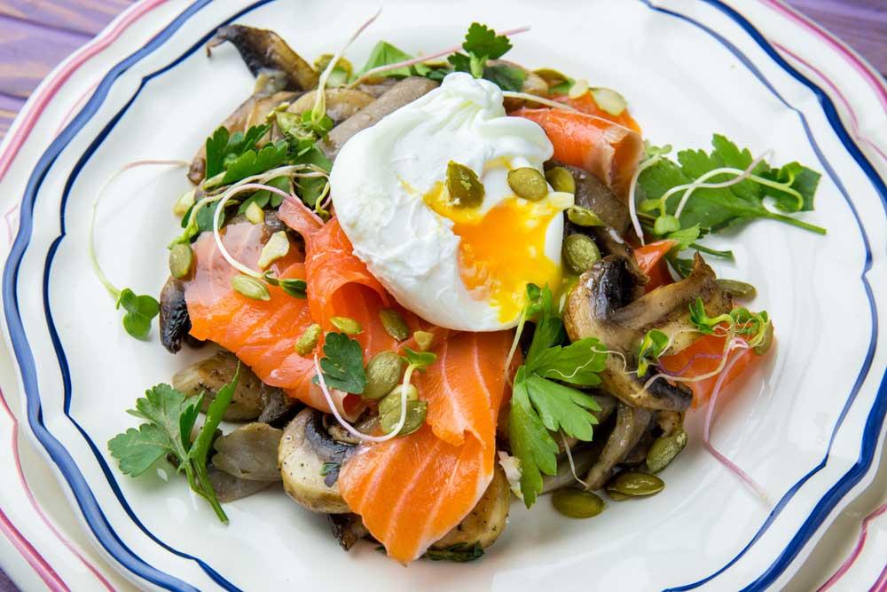Смажені гриби з яйцем пашот та лососем