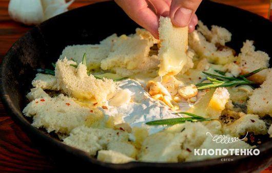 Мягкий сыр с розмарином на костре
