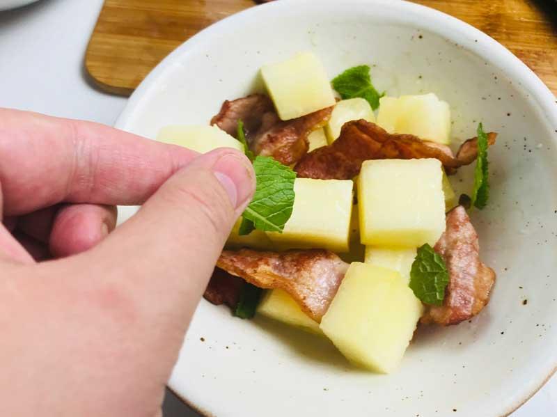 салат с дыней и беконом