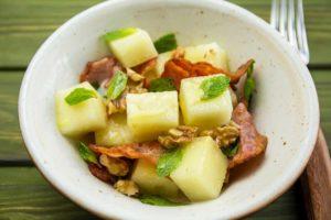 Летний салат с дыней и беконом
