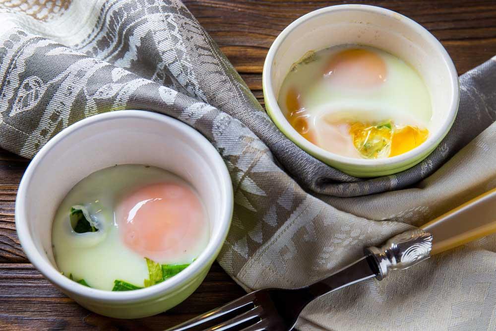 Яйця, запечені з зеленню петрушки