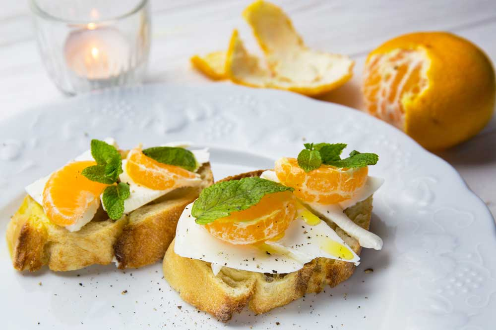 Бутерброды с мандарином и сыром фета