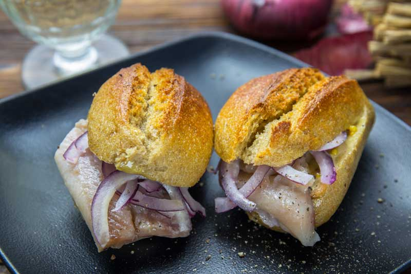 Бутерброды с маринованной селедкой и красным луком