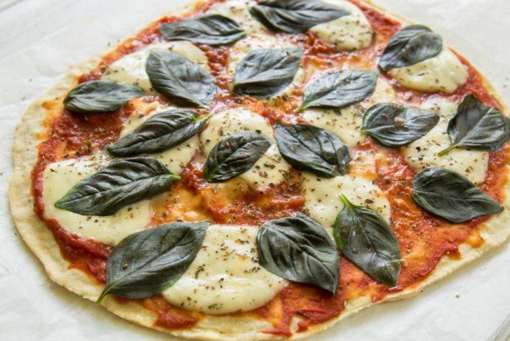 Пицца с томатом и базиликом