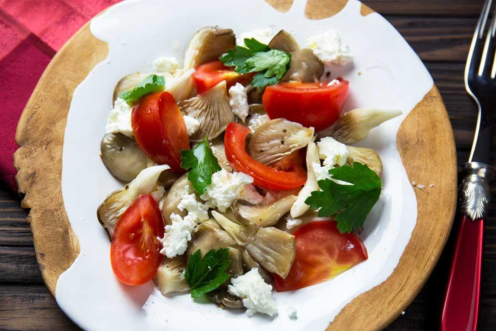 Салат с вешенками и томатами