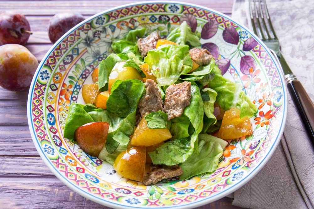 Салат со сливами и телятиной