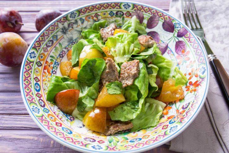 Салат зі сливами і телятиною