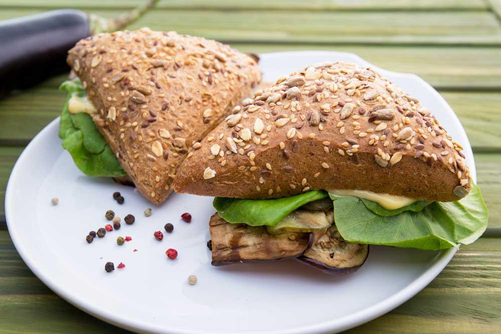 Сандвіч з баклажаном і оливковим майонезом