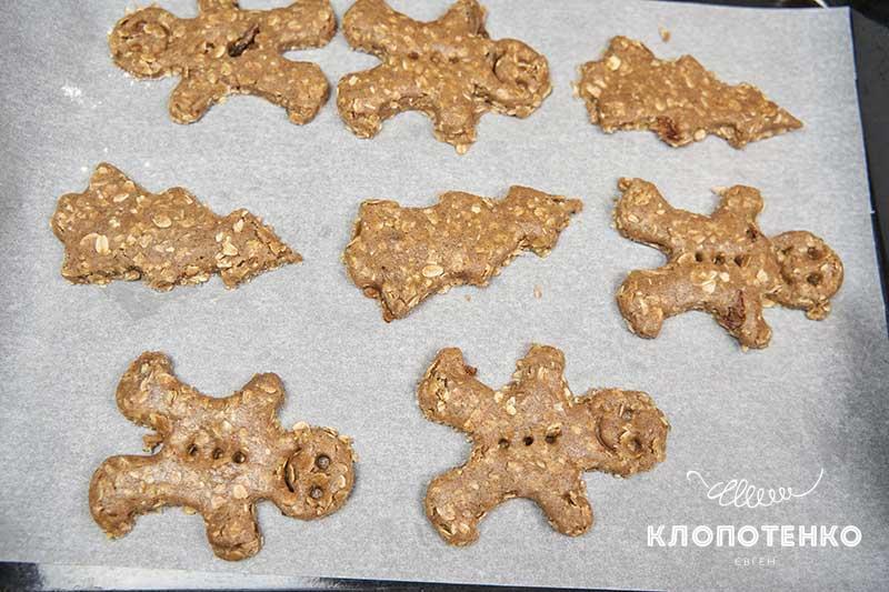 Выложите печенье на противень и запекайте