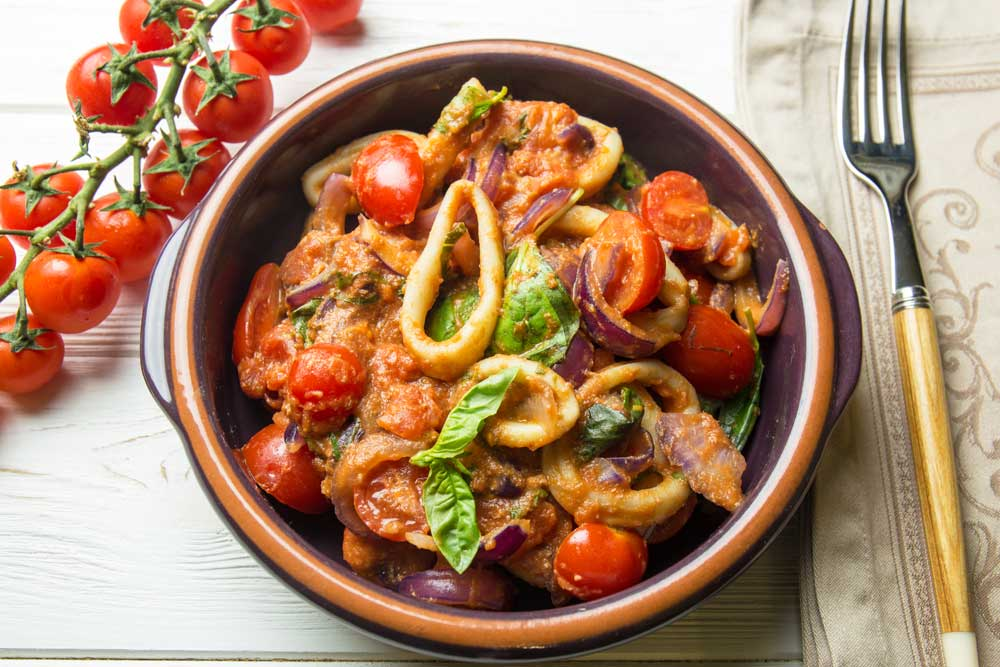 салат с кальмарами и томатами