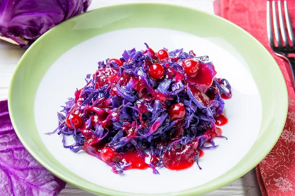 Салат из краснокочанной капусты с клюквой