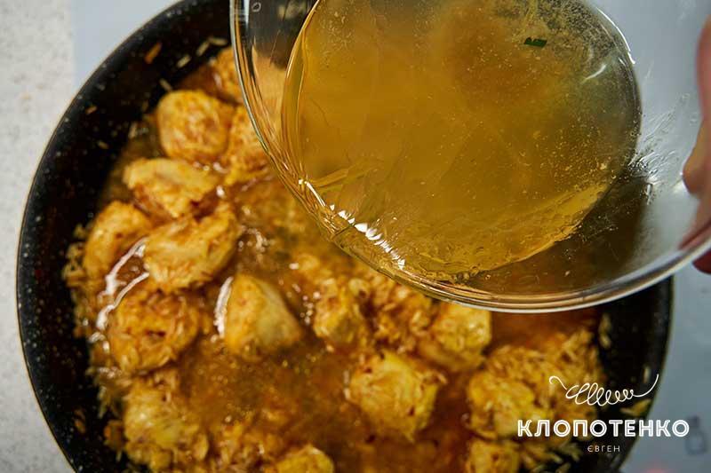 Залейте рис 400-500 г горячего куриного бульона