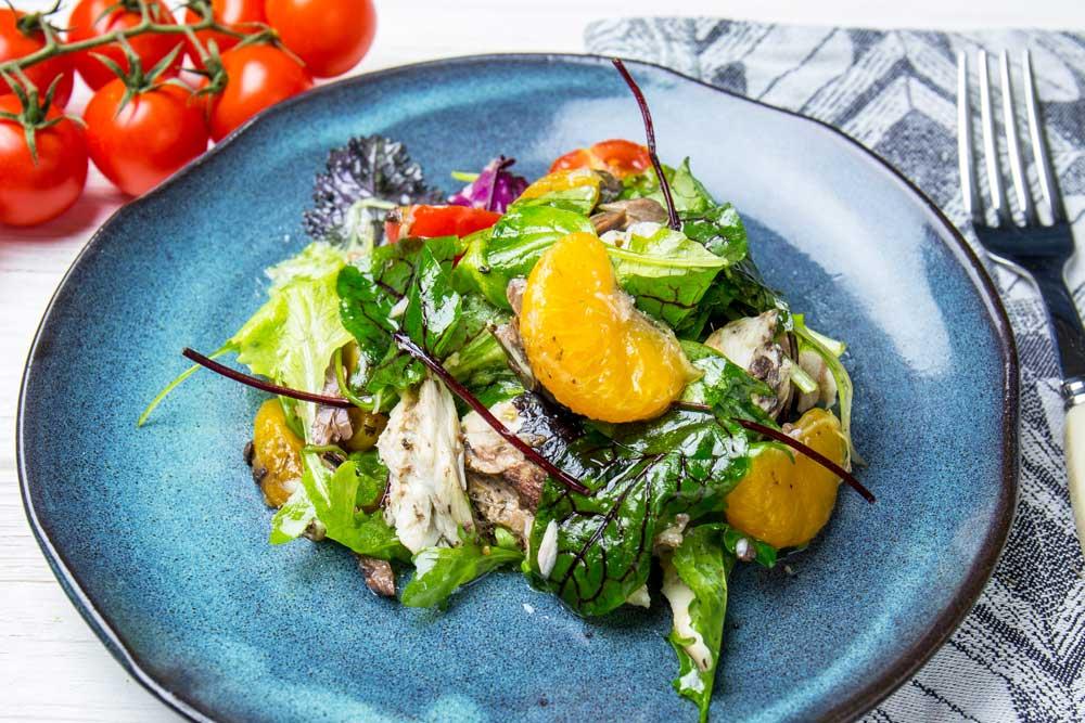 Салат с запеченной скумбрией и мандаринами