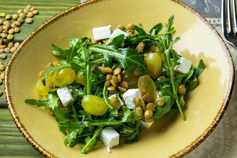 Салат з сочевицею і виноградом