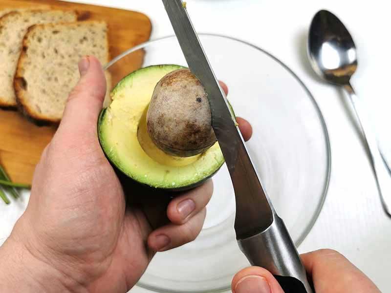 Достаньте косточку из авокадо