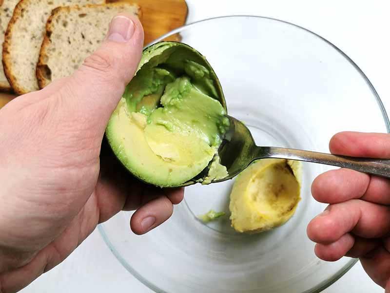 Выберите мякоть авокадо