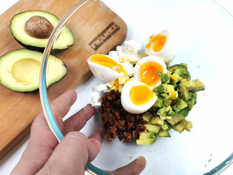 Смашайте яйца, авокадо и томаты