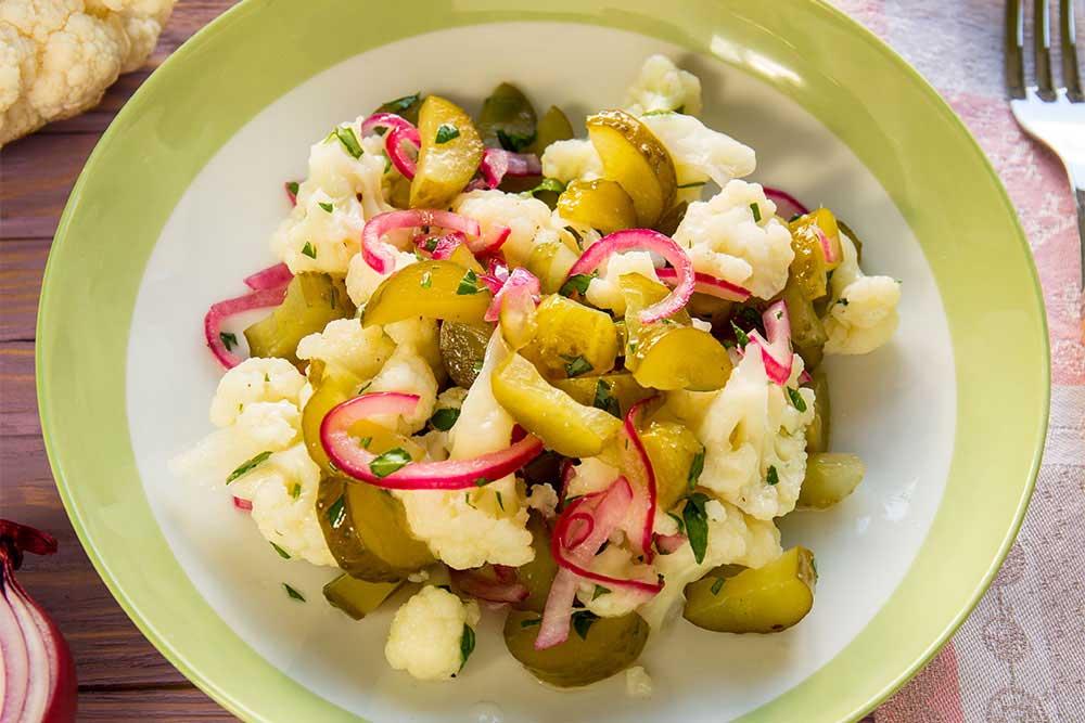 Салат з цвітної капусти з солоними огірками