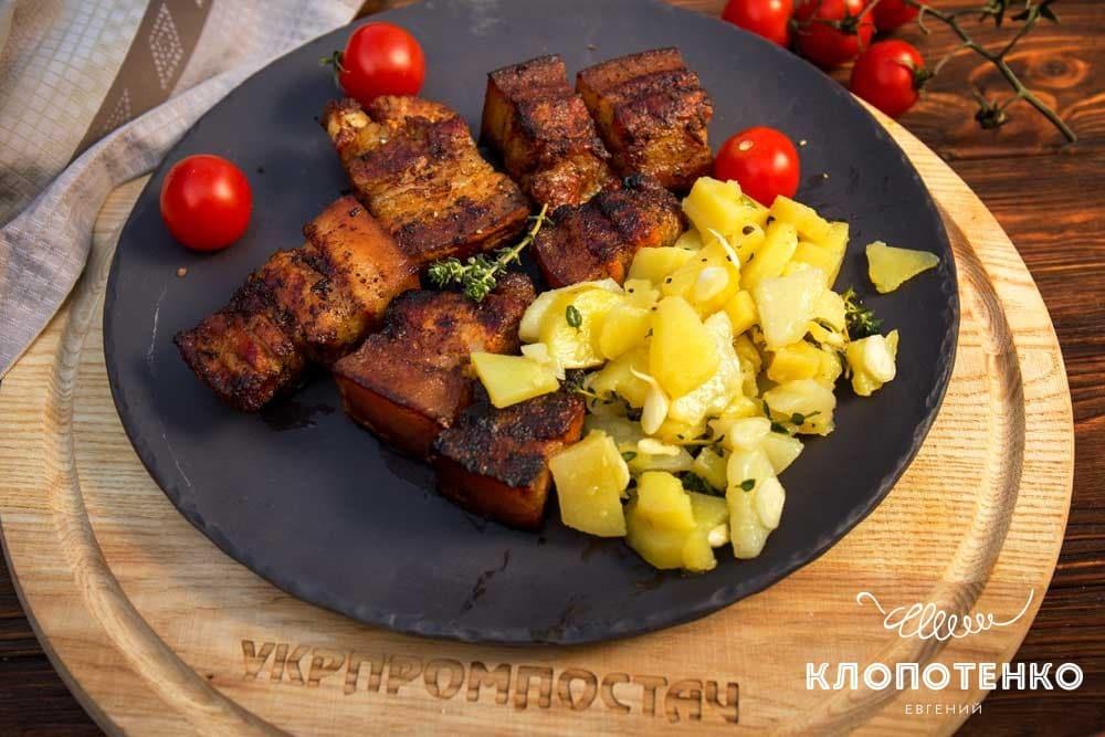 Свиная грудинка на гриле с картофельным салатом