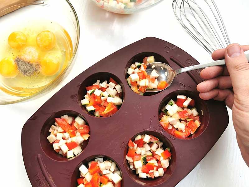 Заполните формочки овощами