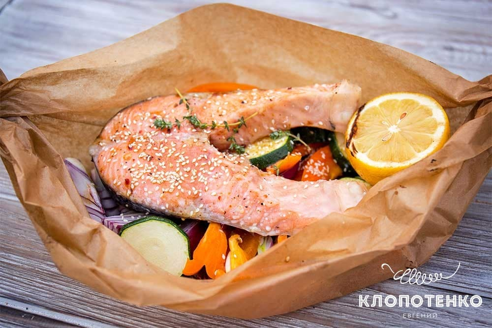 Стейк лосося на гриле с овощами