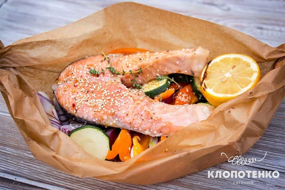Стейк лосося на грилі з овочами