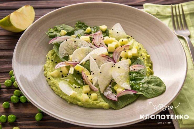 Зеленый салат с горохом и яблоками