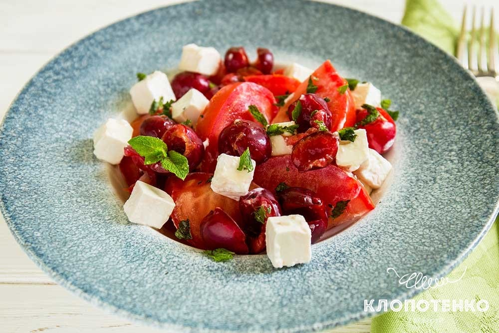 Салат из томатов с черешней и фетой