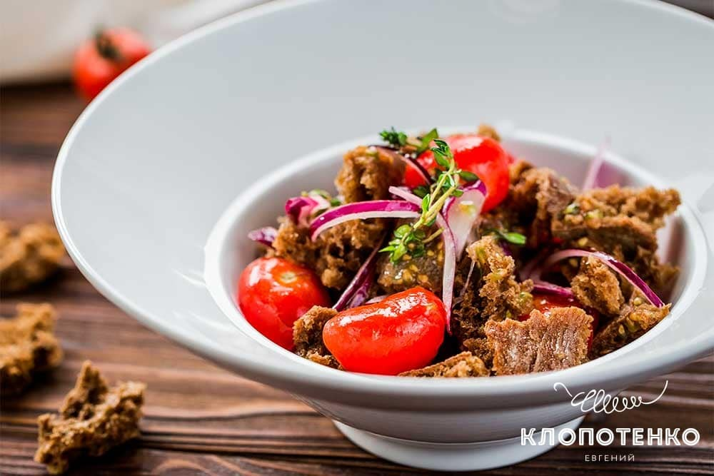 Салат с томатами и сухарями