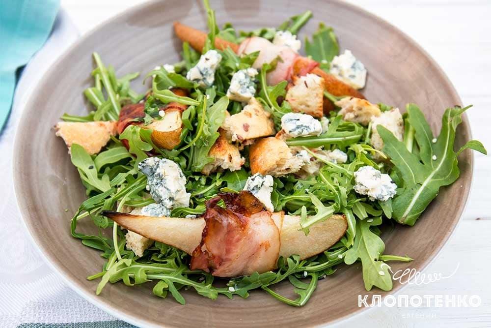 Салат з грушею і беконом